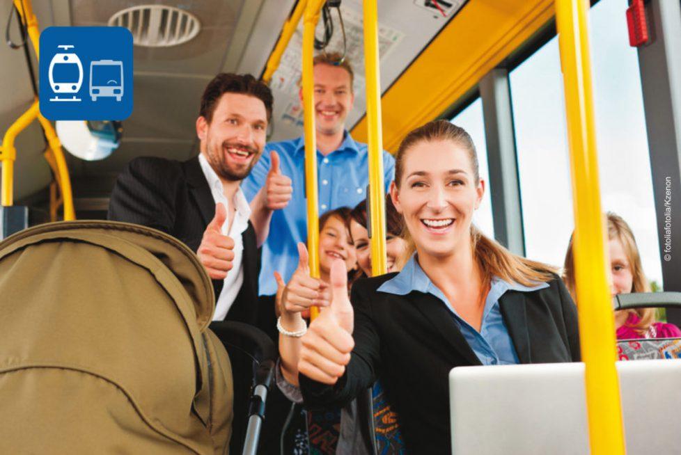 Fahrgäste in einer Trambahn